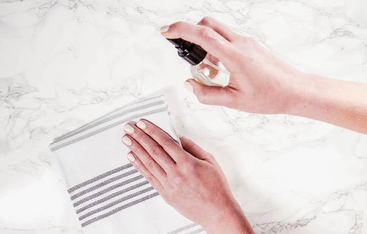 Πως να φτιάξετε στο σπίτι απολυμαντικό σπρέι χεριών με 3 υλικά, το ίδιο αποτελεσματικό με αυτά του εμπορίου - Εικόνα 1