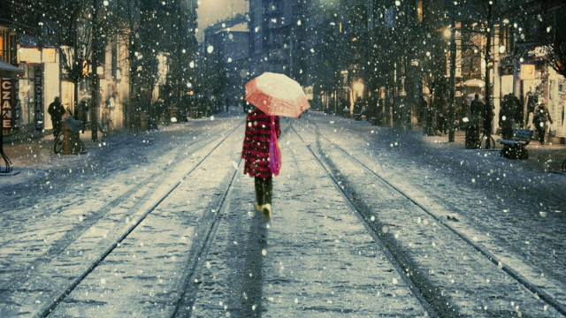 woman-walk-snow-streets-painting-1600×900