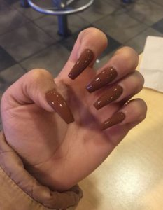 σοκολατί χρώμα νυχιών μακριά