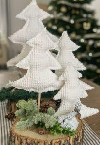 τραπεζάκι σαλονιού διακοσμημένο με χριστουγεννιάτικα δεντράκια